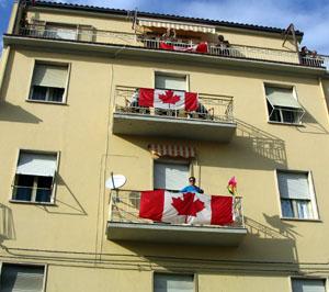 Un édifice de drapeau de propagande avec des drapeaux sur tous les balcons